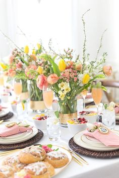 Celebrate Mom and all she does for your family with a gorgeous foral themed Mother's Day Brunch complete with floral touches throughout! Brunch Party Decorations, Brunch Decor, Brunch Buffet, Party Buffet, Table Decorations, Brunch Ideas, Brunch Food, Brunch Menu, Dinner Ideas