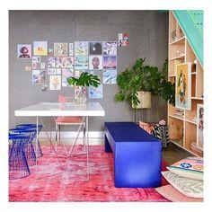 | Decoração Residencial | Outro dia postei uma foto da estante embaixo da escada {maravilhosa}, mas olhem como o resto do ambiente também é lindo! O banco azul e o tapete rosa combinaram super bem! 💗💙🍃 ⌂⌂⌂⌂⌂⌂⌂⌂⌂⌂⌂⌂⌂⌂⌂⌂⌂⌂⌂⌂⌂⌂⌂⌂⌂⌂⌂⌂⌂⌂⌂⌂⌂ #potdinspira ⌂⌂⌂⌂⌂⌂⌂⌂⌂⌂⌂⌂⌂⌂⌂⌂⌂⌂⌂⌂⌂⌂⌂⌂⌂⌂⌂⌂⌂⌂⌂⌂⌂