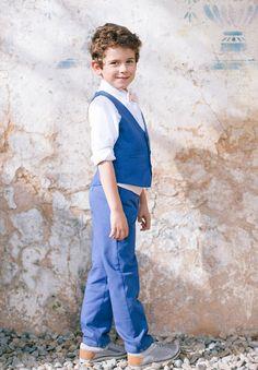 Ce garçon d'honneur porte notre ensemble bleu avec le gilet Antoine bleu et le pantalon Gabin bleu pour un look tendance et élégant. Blue Wedding Dresses, Page Boy, Dress Codes, Overalls, Boys, Pants, Flower Girls, Images, Costumes