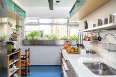 Herança de família, este apê paulistano de 80 m² conquistou ares contemporâneos, charme e mais espaço depois da reforma, povoada de ideias simples e muito originais