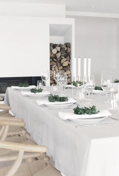 Minimalistic Christmas table setting in white with fresh green wreaths. (Source: Stylizimo, Photo: Nina Holst) Minimalistic Christmas table setting in white with fresh green wreaths. Minimal Christmas, Modern Christmas, Green Christmas, Outdoor Christmas, Christmas Tree, Natural Christmas, Christmas Greetings, Christmas Crafts, Scandinavian Home