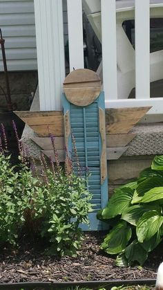 Garden angel made of pallet wood wings and a shutter.