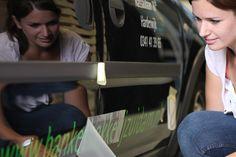 Lisette belettert een bus in full colour