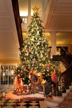 Le sapin Dolce & Gabbana de l'hôtel Claridge's http://www.vogue.fr/mode/news-mode/diaporama/le-sapin-dolce-gabbana-de-l-hotel-claridge-s/21247#le-sapin-dolce-amp-gabbana-de-l-hotel-claridge-s
