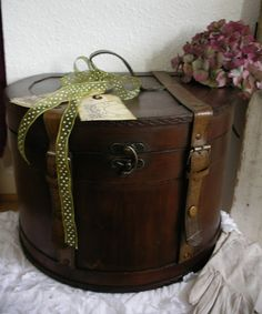where the moon sleeps: Hat boxes. Vintage Suitcases, Vintage Luggage, Girls Accessories, Travel Accessories, Vintage Hat Boxes, Leather Hats, Vintage Storage, Pretty Box, Hat Pins