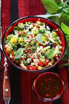 Mit frischen Minzblättern: Couscoussalat mit Oliven | Zeit: 20 Min. | http://eatsmarter.de/rezepte/couscoussalat-5