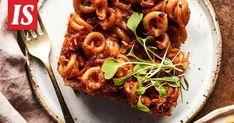 Kun kotona on sekä etätöitä tekeviä että etäkoululaisia, on hyvä, että jääkaapissa on lämmitettäväksi sopivaa lounasruokaa. Bolognese, Vegetable Pizza, Vegetables, Food, Essen, Vegetable Recipes, Meals, Yemek, Veggies