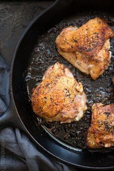 Cast Iron Skillet Chicken Thighs Recipe is a game-changer, and it's one of the simplest ways to make crispy chicken in the oven every single time! Chicken Thighs Cast Iron, Cast Iron Fried Chicken, Skillet Chicken Thighs, Keto Chicken Thighs, Pan Seared Chicken Thighs, Keto Chicken Thigh Recipes, Chicken Thights Recipes, Oven Chicken, How To Cook Chicken