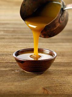 La salsa mou è una dolcissima crema adatta a guarnire dolci, gelati o torte. Ricetta per salsa mou: 200 gr di Zucchero 100 ml Panna Mettete lo zucchero a caramellare a fuoco bassogirandolo spesso, non deve diventare troppo scuro. Quando il caramello avrà raggiunto il colore bruno ambrato, spegnete la fiamma e fate intiepidire qualcheLeggi tutto
