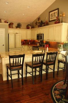 Kitchen cabinets decor - 35 Awesome Decorating Above Kitchen Cabinets Ideas – Kitchen cabinets decor Above Cabinet Decor, Decorating Above Kitchen Cabinets, Above Cabinets, Kitchen Cabinets Decor, Kitchen Redo, New Kitchen, Kitchen Ideas, Kitchen Counters, Kitchen Designs