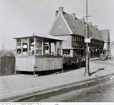 """Waddenweg Op de voorgrond links: snoepkar. Bij lantaarnpaal """"bushalte""""."""