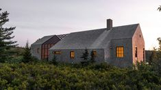 A screened porch is sandwiched between two cedar volumes to form this holiday home that the founders of Berman Horn Studio in New York built themselves on an island in Maine.Maria Berman and Brad … Horn, Maine Islands, One Storey House, New England Farmhouse, Barn Renovation, Cedar Shingles, White Cedar, New Orleans Homes, Porche