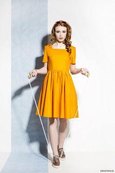 Sukienka FLARED to sukienka z pięknym prostokątnym dekoltem, który nadaje delikatności i zwiewności.  Sukienka posiada z tyłu kryty zamek, dól mocno marszczony i rozkloszowany. Po bokach dwie kryte kieszenie. Sukienka uszyta z   czystej bawełny. Tkanina naturalnie się układa.   Produkt nad...