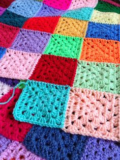 Another Vegetarian: Join As You Go (JAYG) such a neat join my new favJAYG has changed my life! There are lots of awesome tutorials out there, with various techniques.This is where I rant about life, the universe, and everything. Easy Crochet Blanket, Crochet For Beginners Blanket, Crochet Quilt, Crochet Basics, Crochet Motif, Joining Crochet Squares, Granny Square Crochet Pattern, Afghan Crochet Patterns, Granny Squares