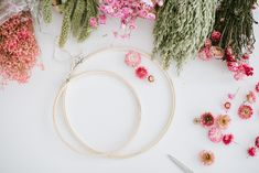 DIY-Anleitung: Kränze aus Trockenblumen binden Floral Hoops, Dried Flowers, Diy Wedding, Wreaths, Home Decor, Single Flowers, Diy, Crafting, Wall Decorations