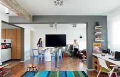 O arquiteto Vinícius Mazzoni reinventou uma planta tradicional e a tornou mais prática. Do único quarto, se veem a sala, a mesa do escritório e a cozinha, delimitada apenas pelo ladrilho hidráulico. A televisão gira para todos os ambientes integrados