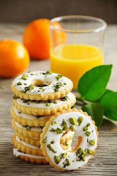 lemon/pistachio cookies - recipe in French - citron pistache Cookie Desserts, Cookie Recipes, Dessert Recipes, Lemon Cookies, Sugar Cookies, Pistachio Cookies, Sweet Pastries, Biscuit Cookies, Cookie Decorating