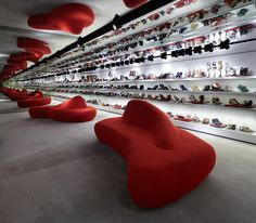 Kurt Geiger Stores - London UK-based shoe and accessory retailer Kurt Geiger has been rolling out its new retail store concept in the UK and around the world with the help of its long-time collaborators at Found Associates of London. Kurt Geiger, Design Commercial, Commercial Interiors, Shops, Retail Interior, Cool Store, Shop Window Displays, Retail Space, Covent Garden