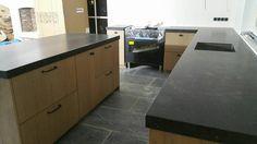 Ikea keuken met eiken keukendeurtjes en natuurstenen blad.