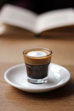 Great ways to make authentic Italian coffee and understand the Italian culture of espresso cappuccino and more! Coffee And Books, I Love Coffee, Coffee Art, Coffee Break, Best Coffee, Coffee Cups, Café Chocolate, Le Cacao, Italian Coffee