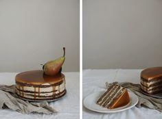 Zdá setoteprve nedávno, cojsem začala psát blog Děvče uplotny. Apřitom jetodnes naden pět let! Ktéto sváteční příležitosti provás mám recept navláčný hrušový dort sespoustou karamelu.