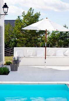 En generös altan i vitpigmenterad betong ramar in känslan av Medelhavet i det nybyggda sommarhuset på Gotland.