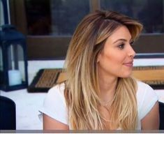 Honey balayage with dark roots Blonde Hair With Roots, Blonde Hair Looks, Honey Blonde Hair, Brunette Hair, Kim K Blonde, Honey Balayage, Balayage Hair Blonde Medium, Ombre Hair Color For Brunettes, How To Lighten Hair