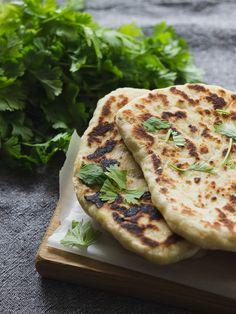 Naanleivät pannulla tai grillissä - Ruokakonttuuri Hummus, Curry, Food And Drink, Yummy Food, Ethnic Recipes, Curries, Delicious Food