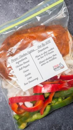 Freezer Chicken Fajitas Recipe An easy freezer meal that you can prep and dump into a crock pot when ready to cook. These freezer chicken fajitas will help you stay on budget! Freezer Friendly Meals, Easy Freezer Meals, Freezer Cooking, Freezer Recipes, Chicken Fajita Rezept, Chicken Fajitas, Cooker Recipes, Crockpot Recipes, Chicken Recipes
