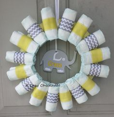 Yellow and Gray Baby Shower Diaper Wreath. Just use yellow ribbon and for the center use a yellow circle so it'll be a sun. Baby Shower Chevron, Fiesta Baby Shower, Baby Shower Yellow, Baby Shower Niño, Baby Shower Diapers, Baby Yellow, Gender Neutral Baby Shower, Baby Shower Parties, Baby Shower Gifts