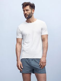 Hochwertige Basic T-Shirts, Unterwäsche und Shorts für Männer aus feinsten Materialien von Mey Bodywear. Für den perfekten Sommer-Look!