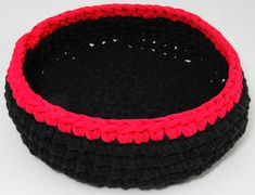 Crochet Cat basket, made with recycled t-shirt yarn (Zpagetti), free pattern