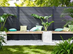 Une clôture aux lames anthracites pour un jardin tout en confort - Un jardin delimité pour plus d'intimité