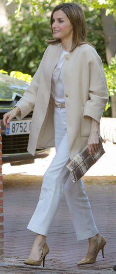 La Reina recuerda sus días de estudiante Letizia ha acudido hoy a la sede de la Residencia de Estudiantes en Madrid para reunirse con su Patronato, en un acto más con el que apoyar el mundo de la cultura. Bolígrafo en mano y con su portafolio bien cargado, la Reina se ha puesto al día de todas las novedades. 09.06.2016
