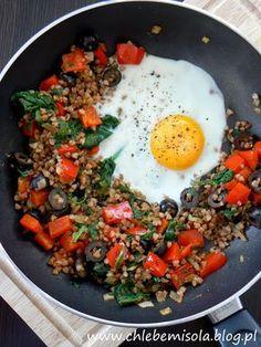 Kasza gryczana z papryką, szpinakiem, oliwkami i jajkiem sadzonym | chlebem i solą