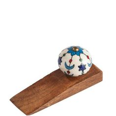 In days gone by, ceramic knobs decorated wooden chests of drawers and cupboards. Today they decorate wedge-shaped door stops made of mango wood and give you a clear path through your home. The BEL Diy Door Knobs, Ceramic Door Knobs, Door Hangers, Wooden Crafts, Wooden Diy, Wooden Door Stops, Window Accessories, Scrap Wood Projects, Wood Scraps