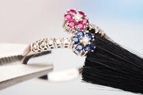 Hoe maak je een trouwring schoon? Je trouwring is één van je meest dierbare sieraden en wordt het meest gedragen. De kans op vervuiling of beschadiging is daardoor vrij groot. Met deze simpele schoonmaaktips hou je jouw ring jarenlang net zo mooi als de dag waarop je hem kreeg!