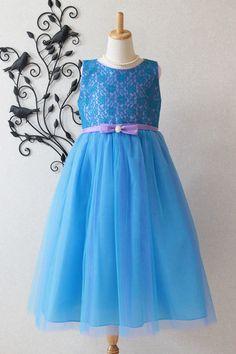 子供ドレス ピアノ発表会ドレス 6-1254(150cm)ブルー  色鮮やかなブルーのドレスに、ライラックカラーのリボンが可愛らしい2色使いの子どもドレスです。身頃のお花のレースが上品で華やかです。ウエストには可愛らしいリボンに輝くブローチが付いています。ピアノ発表会,コンクールなどの舞台に映える1着です。