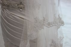 Kaupunkihäät : Wedding in the city : lace veil with satin.