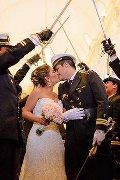 10 tips para obtener las mejores fotos de su primer beso como esposos. #Matrimoniocompe #Organizaciondebodas #Matrimonio #Novios  #TipsNupciales #CaminoAlAltar #MatriPeru #BodaPeru #PrimerBesoDeCasados #Pareja #Romantico #Amor #Beso #ReciénCasados #FirstKiss Uni, Wedding Dresses, Fashion, Couple, Amor, Just Married, First Kiss, Kisses, Couples