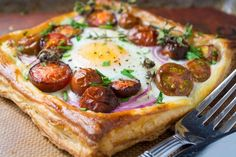 Tomato and Egg Puff Pastry Tarts are a wonderfully elegant breakfast ~ make these pretty galettes the centerpiece of your next brunch! Breakfast Pastries, Breakfast For Dinner, Breakfast Recipes, Breakfast Bites, Frozen Puff Pastry, Egg Tart, Brunch Buffet, Perfect Food, Cooking Recipes