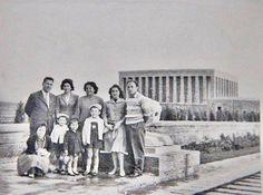 1961 TAHİRENİN ATASINI İLK ZİYARETTİ..ANNECİĞİ İLE ÖBÜR RESİMDEKİ BEYLER HALAMIN OĞULLARI..EŞLERİ VE ÇOCUKLARI  Tahire  adına yeniden albüme yüklenmiştir. — TC Tahire Ö ile birlikte.