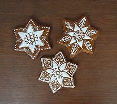 Vianočné Gingerbread Decorations, Christmas Gingerbread, Gingerbread Cookies, Christmas Themes, Christmas Decorations, Winter Treats, Food Fantasy, Cookie Designs, Deco Table