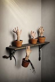 Halloween Decoration How many thumbs up to this? Halloween Decoration Creepy Halloween Decor Ideas He Mixes Two Ordinary Household Products. Soirée Halloween, Holidays Halloween, Halloween Clothes, Adams Family Halloween, Outdoor Halloween, Halloween Themes, Halloween Costumes, Plant Zombie, Hallowen Ideas
