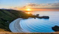 La vida no se trata de encontrarte a ti mismo sino de crearte a ti mismo (Georges Bernard Shaw) // Playa de Torimbia (Asturias) protegida por grandes acantilados #mar #sea #atardecer #sunset #playa #beach // Fot.: Nicolás Cuervo