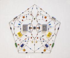 仏教における世界観をさまざまなシンボルや仏像などによって表すマンダラを、マイクロチップや電子部品によって表現したのが「Technological mandala」です。Leonardo Uli