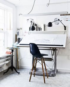 I would love to have this office space for school! Fabulous for drawing.