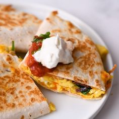 Breakfast quesadillas stuffed with shredded cheese fluffy scrambled eggs crumbled bacon sauteed red onions and baby spinach Easy to make ready in 15 minutes and perfect for breakfast lunch and even dinner quesadillas breakfast mexicanfood # Breakfast Party, How To Make Breakfast, Breakfast For Dinner, Healthy Breakfast With Eggs, Ideas For Breakfast, Mexican Breakfast Recipes, Brunch Recipes, Mexican Food Recipes, Mexican Brunch