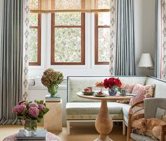 Like so many other New York apartments, designer former Greenwich Village one-bedroom began as a basic white box. Airy Bedroom, One Bedroom, Cosy Home, New York Apartments, Dining Nook, Banquette Dining, Design Blog, Greenwich Village, Traditional Decor