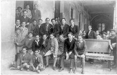Alumnos en la antigua localización de Instituto Ximénez de Rada, Pamplona (Plaza de San José)